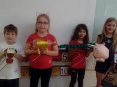 Construindo animais com materiais recicláveis no 1º ano B