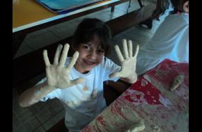 Brincadeira com argila no 1º ano.