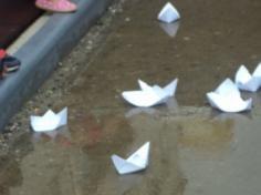 Chuva! Que tal brincar com barquinho de papel?